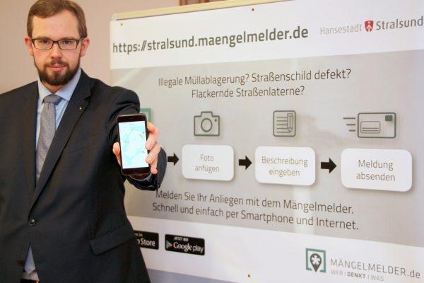 Ordnungsamtsleiter Heino Tanschus präsentiert den Mängelmelder