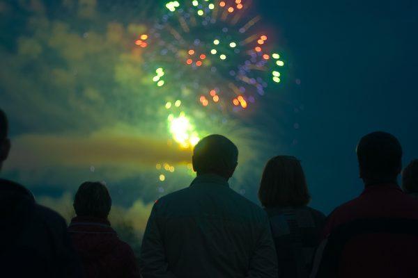 Menschen schauen sich ein Feuerwerk an