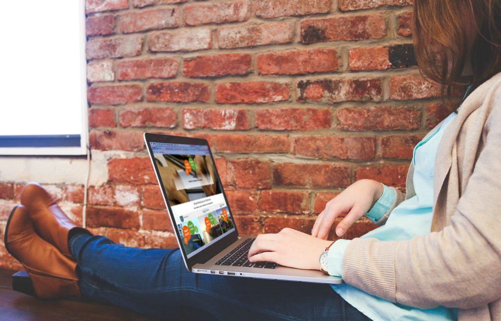 Person informiert sich auf einer Online-Beteiligungsplattform von wer|denkt|was - für mehr digitale Bürgerbeteiligung