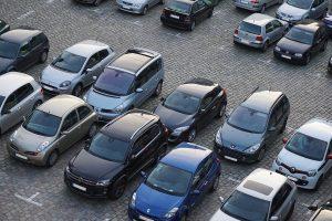 Autos auf Parkplatz. Zum Parkraumbedarf hat die Stadt Konstanz eine Bürgerbefragung in Kooperation mit der wer denkt was GmbH durchgeführt.