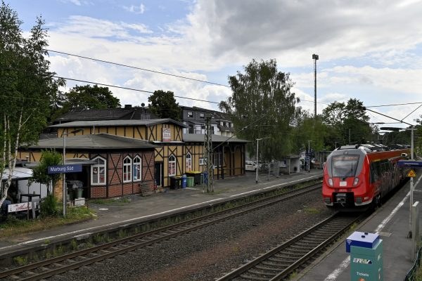 Einfahrender Zug am Marburger Südbahnhof. Der Bahnhof soll ab 2024 barrierefrei umgebaut werden. Bereits jetzt findet dazu eine Online-Beteiligung auf marburgmachtmit.de statt.