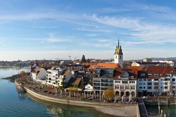 Stadtansicht von Friedrichshafen. In der Bodenseestadt wird aktuell eine Online-Befragung zum ehemaligen Kasernengelände Fallenbrunnen durchgeführt.