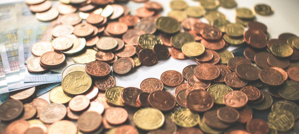 Bild mit Münzen und Geldscheinen als Symbolbild für die Beteiligung am Bürgerhaushalt bzw. am Haushalt 2021 in der Stadt Monheim am Rhein