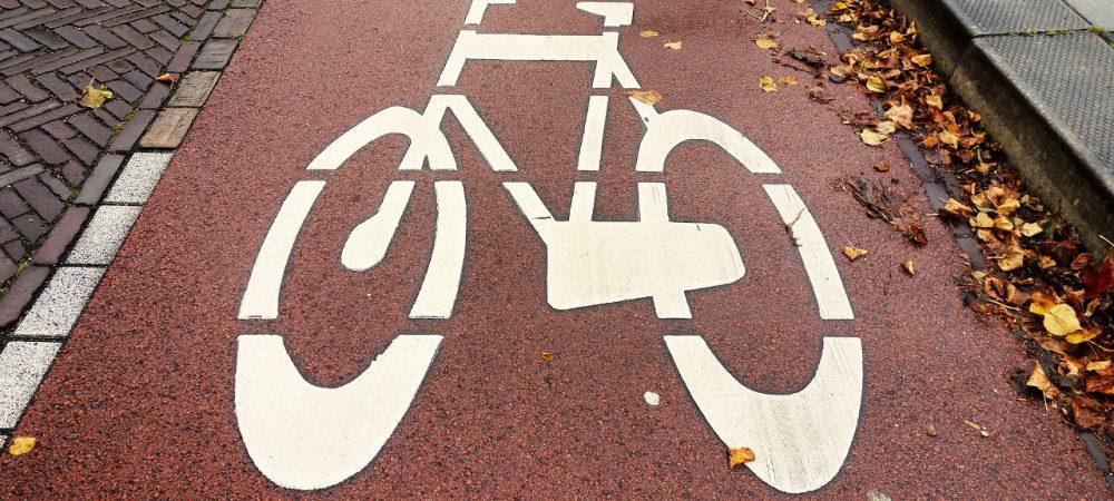 Radweg in einer Stadt. Marburg will zur Radverkehrsförderung neue Radwegmarkierungen vornehmen. Dazu führt die Stadt auch eine Online-Beteiligung durch.