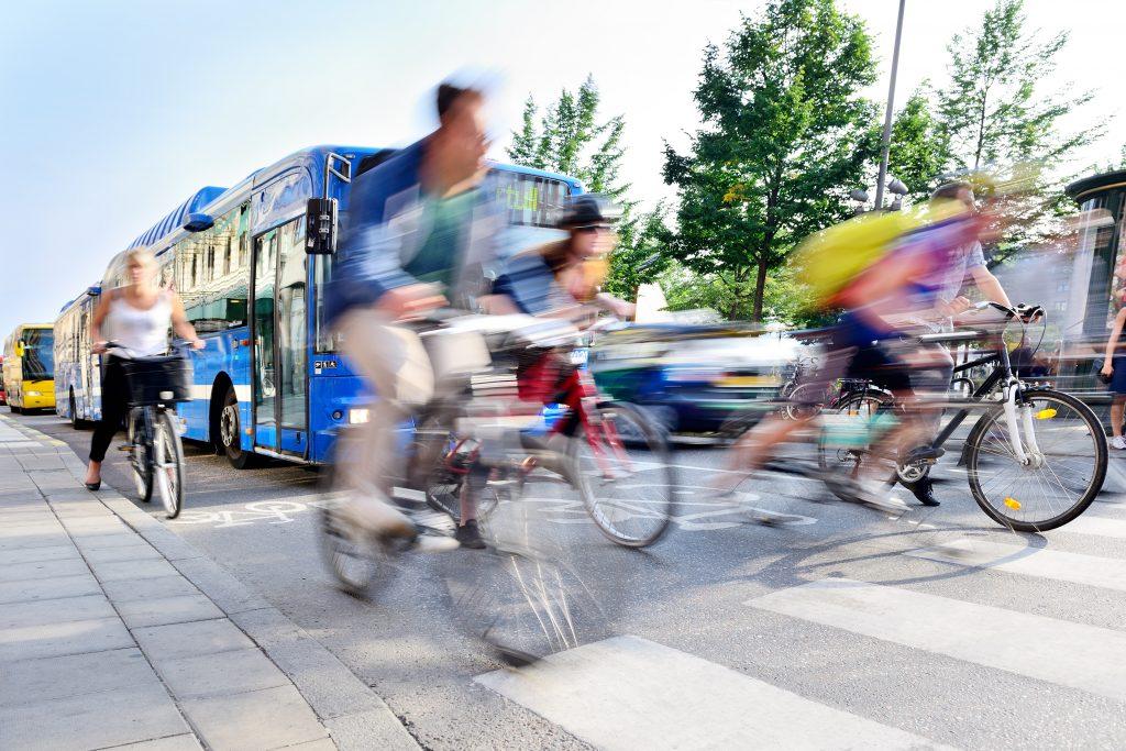 Fahrradfahrer auf der Straße in Bewegung